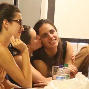 Curte. Foto do site da Pure People que mostra Bruna Linzmeyer curte barzinho com a namorada, Priscila Visman, e amigos. Fotos!