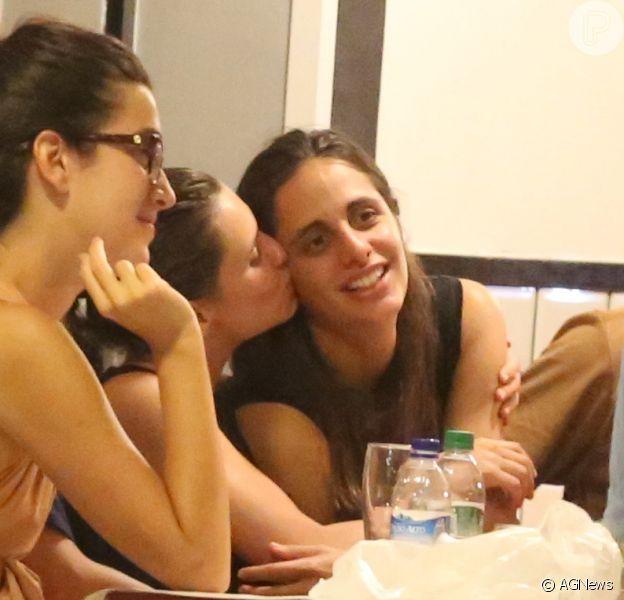 Bruna Linzmeyer beijou a namorada, Priscila Visman trocam, em barzinho da Gávea, Zona Sul do Rio de Janeiro, nesta terça-feira, 20 de fevereiro de 2018