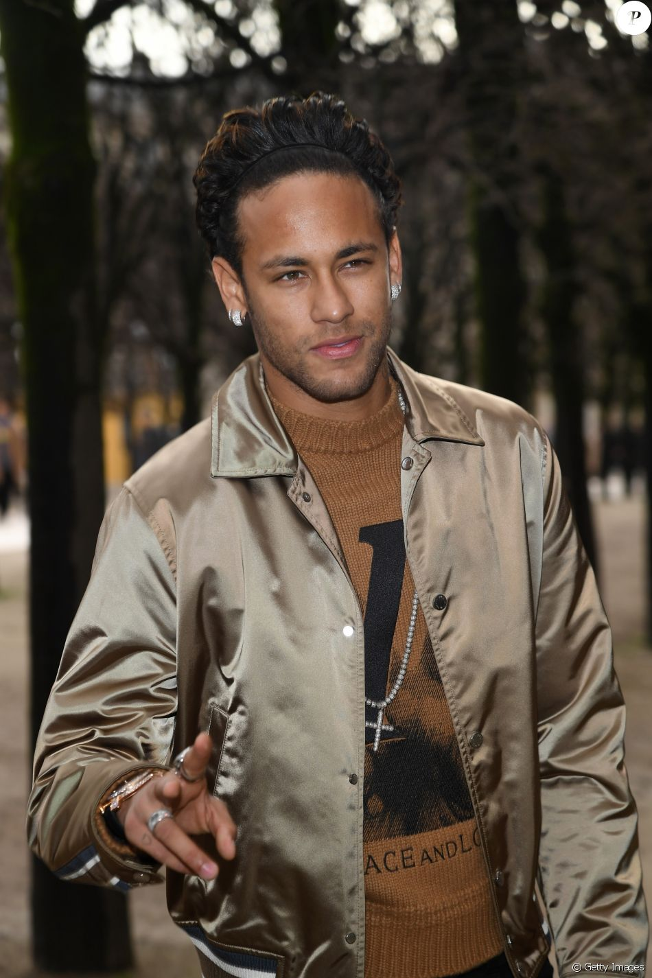 09ce2ba054 Neymar usa look de leopardo grifado de R  7 mil após treino em Paris nesta