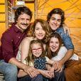 Camila Morgado com sua família na novela 'Malhação: Vidas Brasileiras'