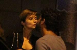 Paula Burlamaqui beija o namorado na frente de restaurante no Leblon, no Rio