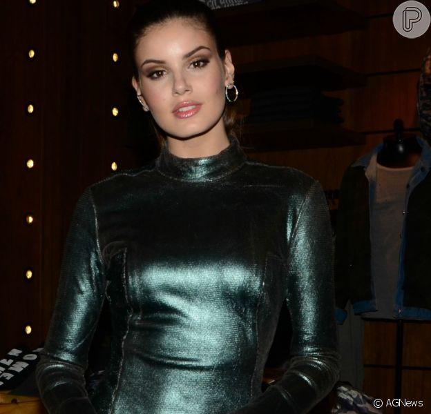 Camila Queiroz disse que deseja um vestido 'nada óbvio' para o casamento com Klebber Toledo
