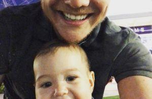Nos EUA, Michel Teló posa com Teodoro e filho exibe primeiros dentinhos. Foto!