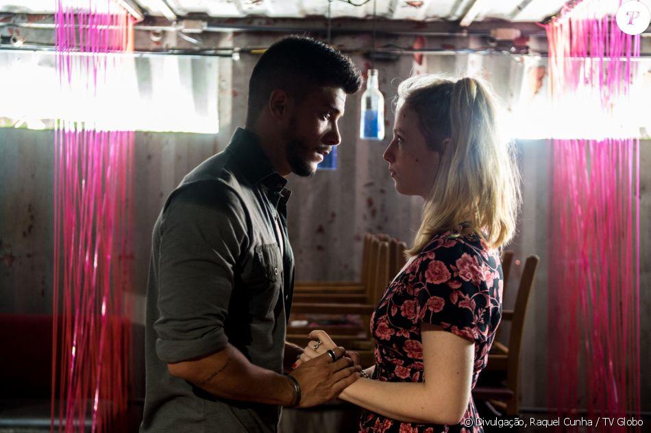 Diego (Arthur Aguiar) não deixa Karina (Malu Rodrigues) visitar as amigas do bordel na novela 'O Outro Lado do Paraíso'