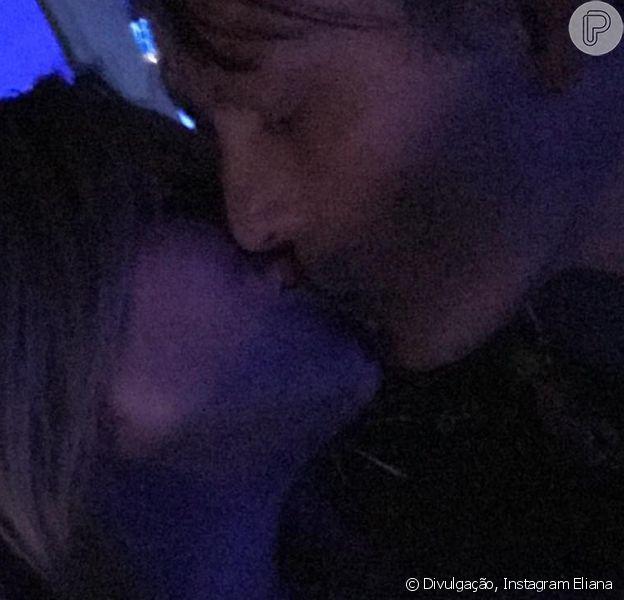 Eliana beijou o noivo, Adriano Ricco, durante show de Phil Collins, em São Paulo, na noite deste sábado, 24 de fevereiro de 2018: 'A noite é nossa'