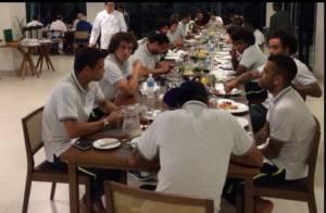 Neymar se junta à Seleção Brasileira e comemora estreia na Copa com pizza
