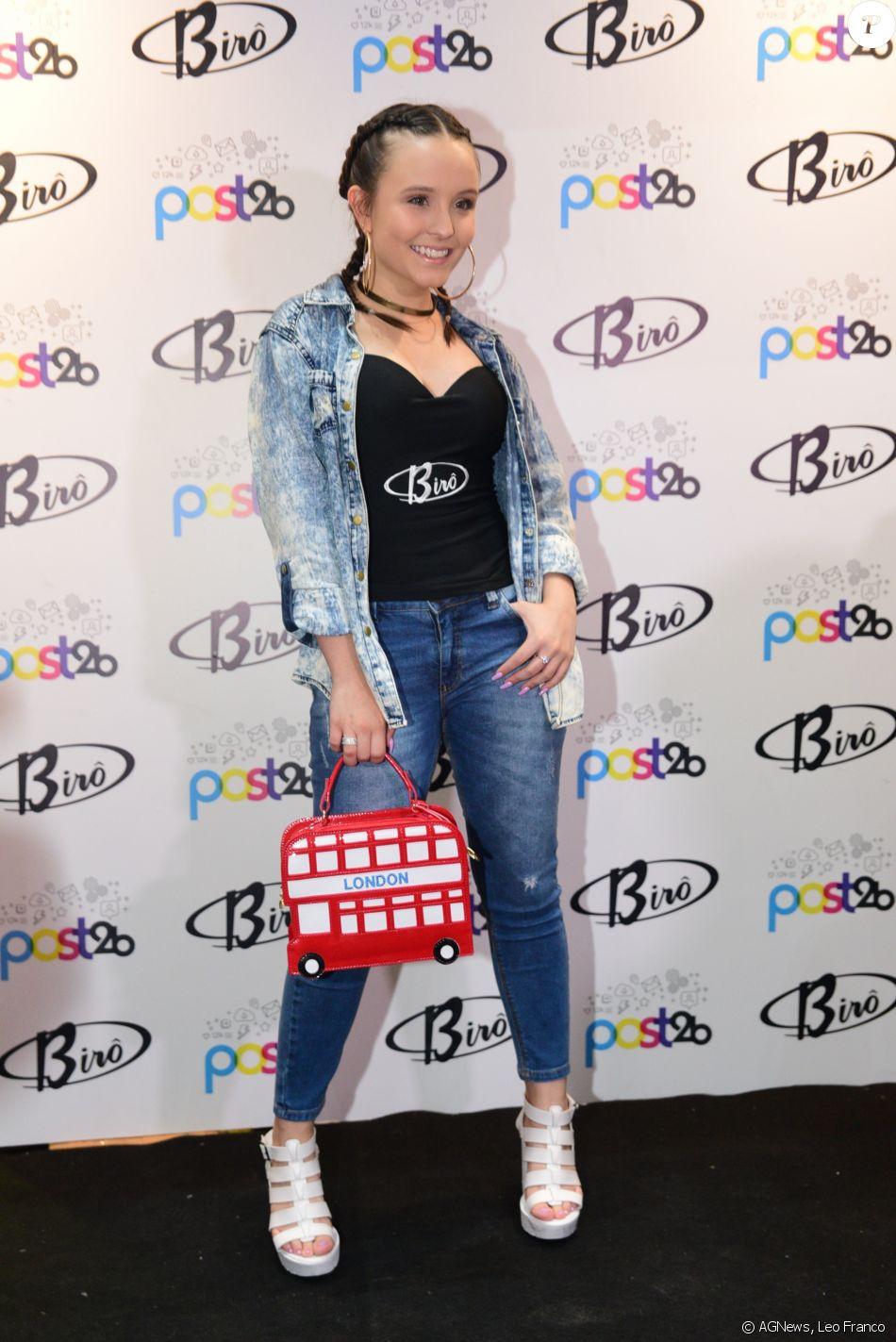 087e3286c05df Larissa Manoela com uma das bolsas de sua coleção - Purepeople