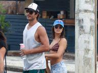 Isis Valverde usa biquíni listrado para praia com namorado, André Resende. Fotos