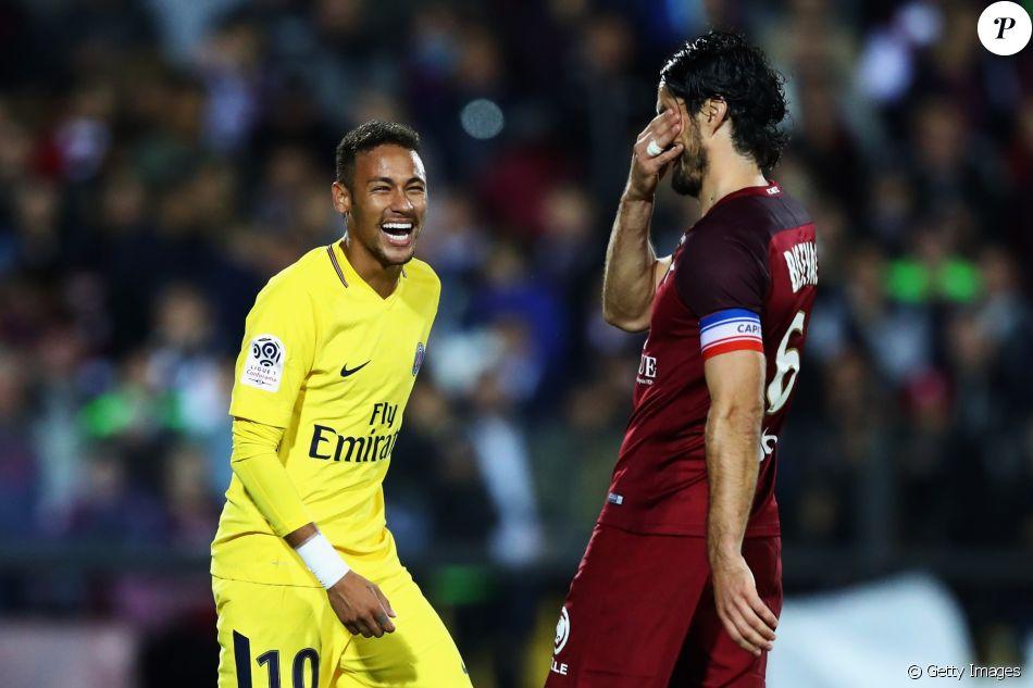 Neymar ganha carinho de Bruna Marquezine antes de cirurgia