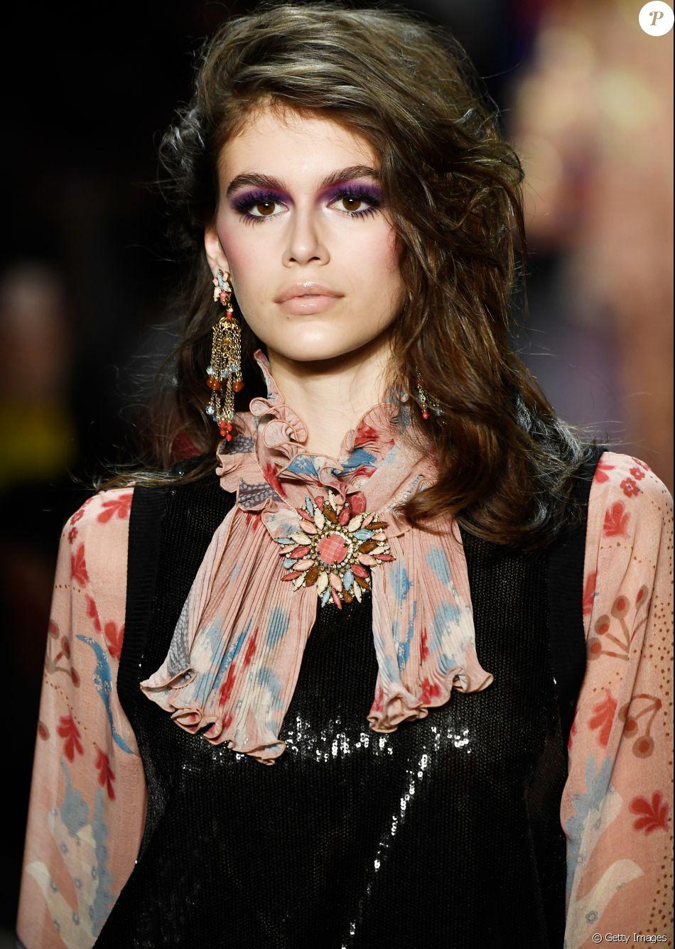 Filha Cindy Crawford, Kaia Gerber estreia em campanha da Chanel