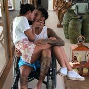Neymar, em cadeira de rodas, posa com Bruna Marquezine no colo: 'Novo possante'
