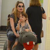 Alinne Moares se diverte com filho, Pedro, e marido ao passear em shopping do RJ