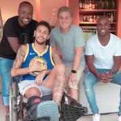 Neymar recebe visita de Luciano Huck, Thiaguinho e Rafael Zulu: 'Amigos'