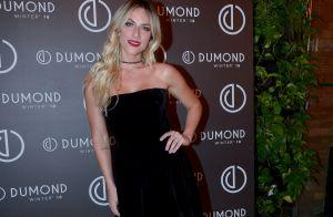 Giovanna Ewbank combina vestido midi e botinha vermelha em lançamento de moda