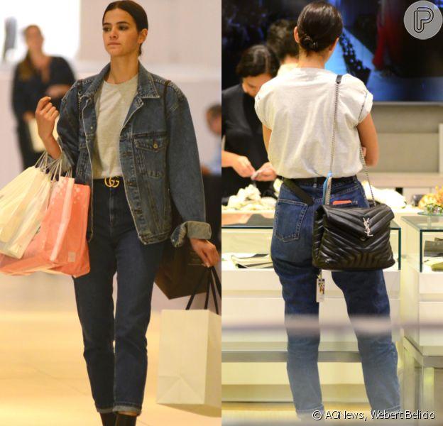 Bruna Marquezine aposta em look casual e acessórios grifados para ir às compras