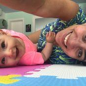 Carol Castro comemora viagem de avião com a filha: 'Primeira aventura juntas'