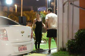 Bianca Bin vai a batizado do afilhado de Sergio Guizé e posa com família do ator
