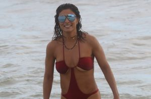 Juliana Paes, de maiô cavado, curte domingo na praia com o marido e os filhos