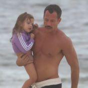 Paizão! Malvino Salvador se diverte em praia no Rio com a filha Ayra. Fotos!