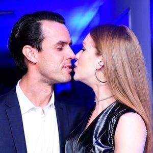 Marido. Foto do site da Pure People que mostra Marina Ruy Barbosa e o marido, Xande Negrão, se beijam em evento: 'Ele veio!'
