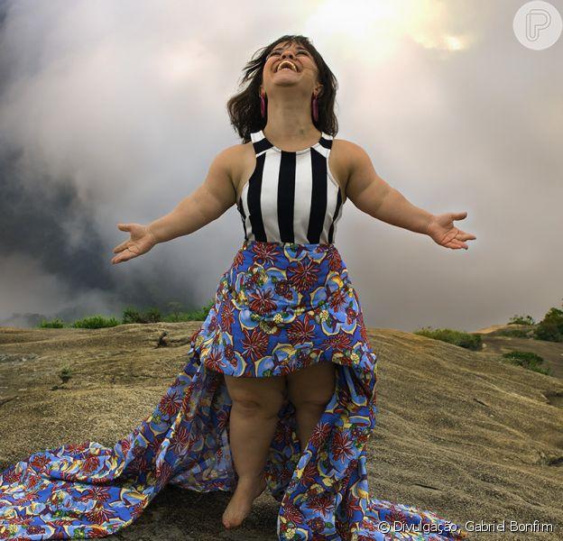 A atriz Juliana Caldas, que sofre com preconceito por ter nanismo, foi fotografada no alto da Pedra bonita, no Rio de Janeiro, para a exposição 'M'