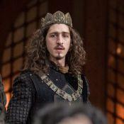 'Deus Salve o Rei': povo humilha Rodolfo em inauguração de estátua.'Rei repolho'
