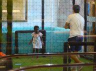 Diversão garantida! Bruno Gagliasso joga bola com filha, Títi, em shopping do RJ