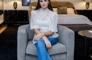 Clássica e despojada: Camila Queiroz combina blusa de renda e jeans em evento