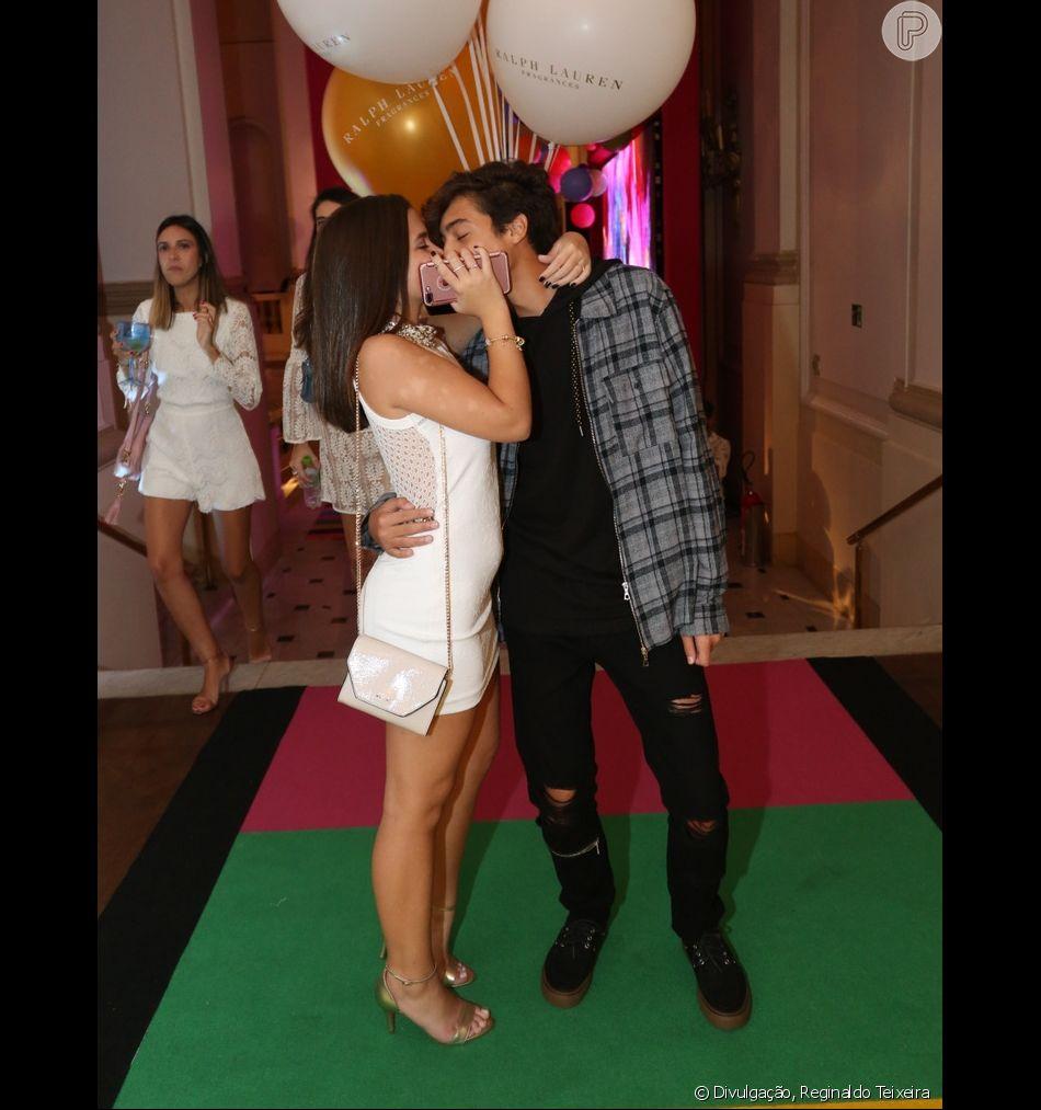 Mel Maia ganhou beijo do namorado, Erick Andreas, na festa da promoter Carol Sampaio neste domingo, 19 de março de 2018