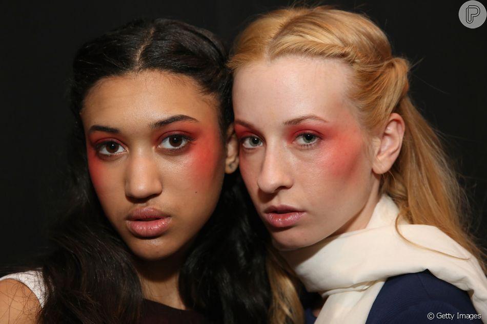 O blush bomb é uma tendência das passarelas pouco usada no cotidiano, mas a maquiadora Carolina Bicudo explica como trazer sem medo a make para o dia a dia