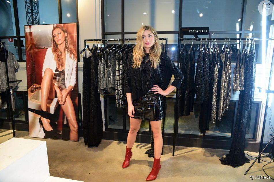 Sasha Meneghel combina red boots, metal e vinil em produção para evento de moda nesta quarta-feira, dia 21 de março de 2018