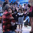 Serginho Groisman abraça as filhas gêmeas de Luciano Camargo no 'Altas Horas'