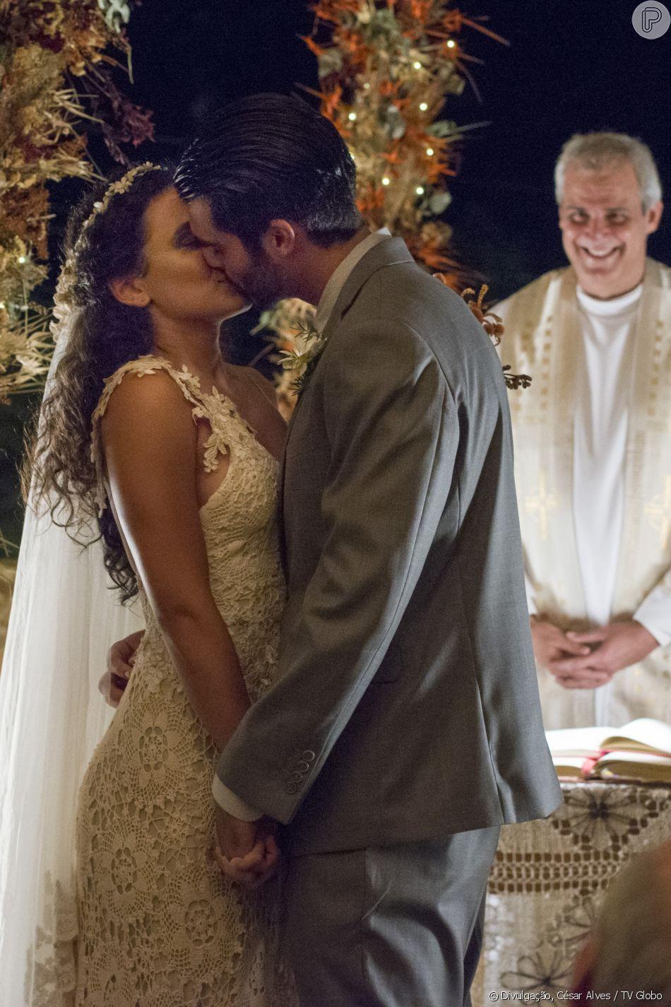 Cleo (Giovana Cordeiro) e Xodó (Anderson Tomazini) se beijam no altar durante casamento, na novela 'O Outro Lado do Paraíso'