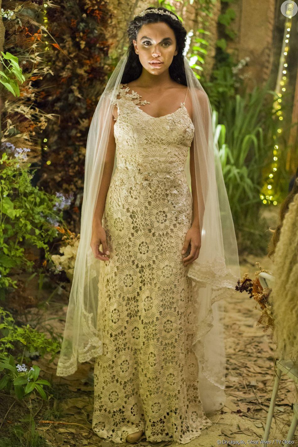 Cleo (Giovana Cordeiro) usa vestido de crochê off-white na cerimôni ade seu casamento com Xodó (Anderson Tomazini), na novela 'O Outro Lado do Paraíso'