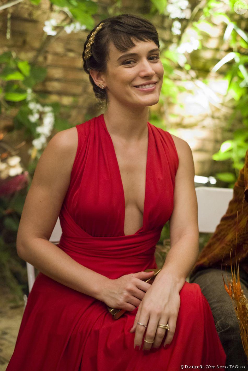 Clara (Bianca Bin) vai ao casamento de  Cleo (Giovana Cordeiro) e Xodó (Anderson Tomazini) com look vermelho decotado, na novela 'O Outro Lado do Paraíso'