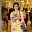 Camila Queiroz investiu em cores vibrantes para seu look do lançamento da nova coleção da Dior