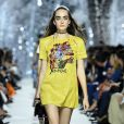 Durante a Semana de Moda de Paris, uma modelo desfilou um look idêntico ao usado por Camila Queiroz