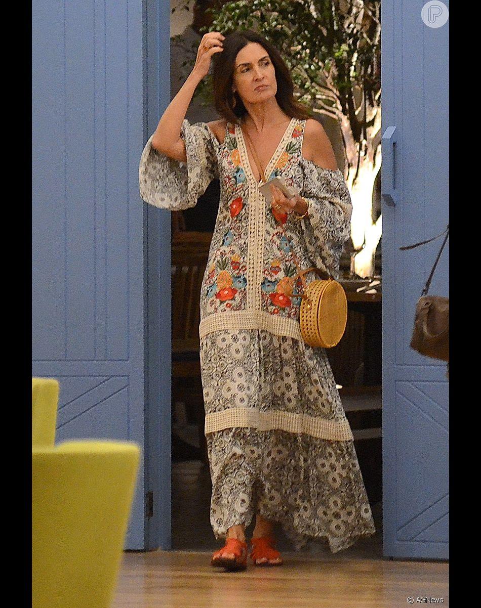 7cbefecde196 Fátima Bernardes escolheu um vestido longo, estampado e com ombro vazado