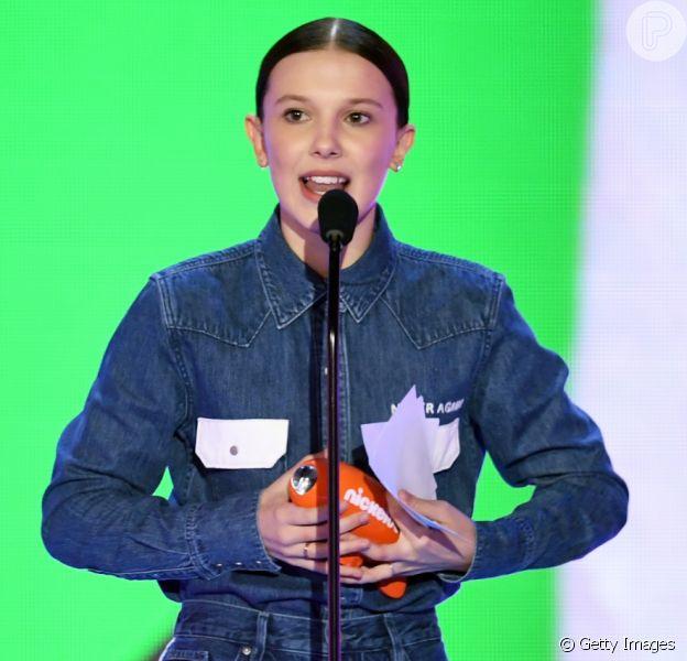 Millie Bobby Brown usou jaqueta Calvin Klein customizada no Kids Choice Awards