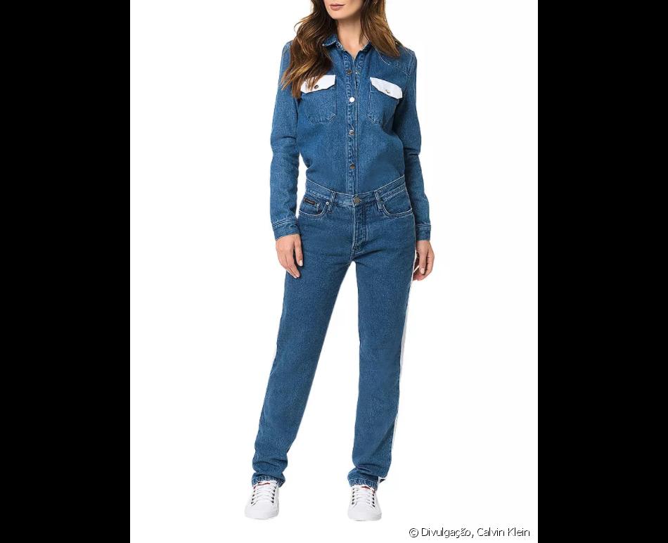5d60fcd308 A camisa jeans da grife Calvin Klein possui bolsos frontais com lapela em  cor contrastante na cor denim médio