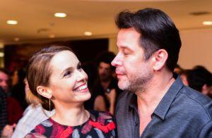 Débora Falabella comove Murilo Benício e casal se beija em pré-estreia de peça