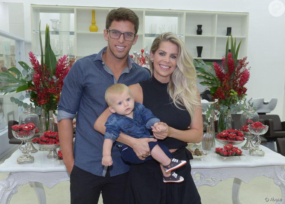 Karina Bacchi leva namorado e filho para festa do hairstylist Fabinho Araújo na casa Criar, em São Paulo, nesta terça-feira, 27 de março de 2018