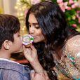 Yudhi, de 7 anos, posou para fotos com a mãe, Mileide Mihaile