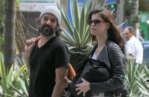 Alinne Moraes esconde o filho, Pedro, durante passeio com o marido, Mauro Lima