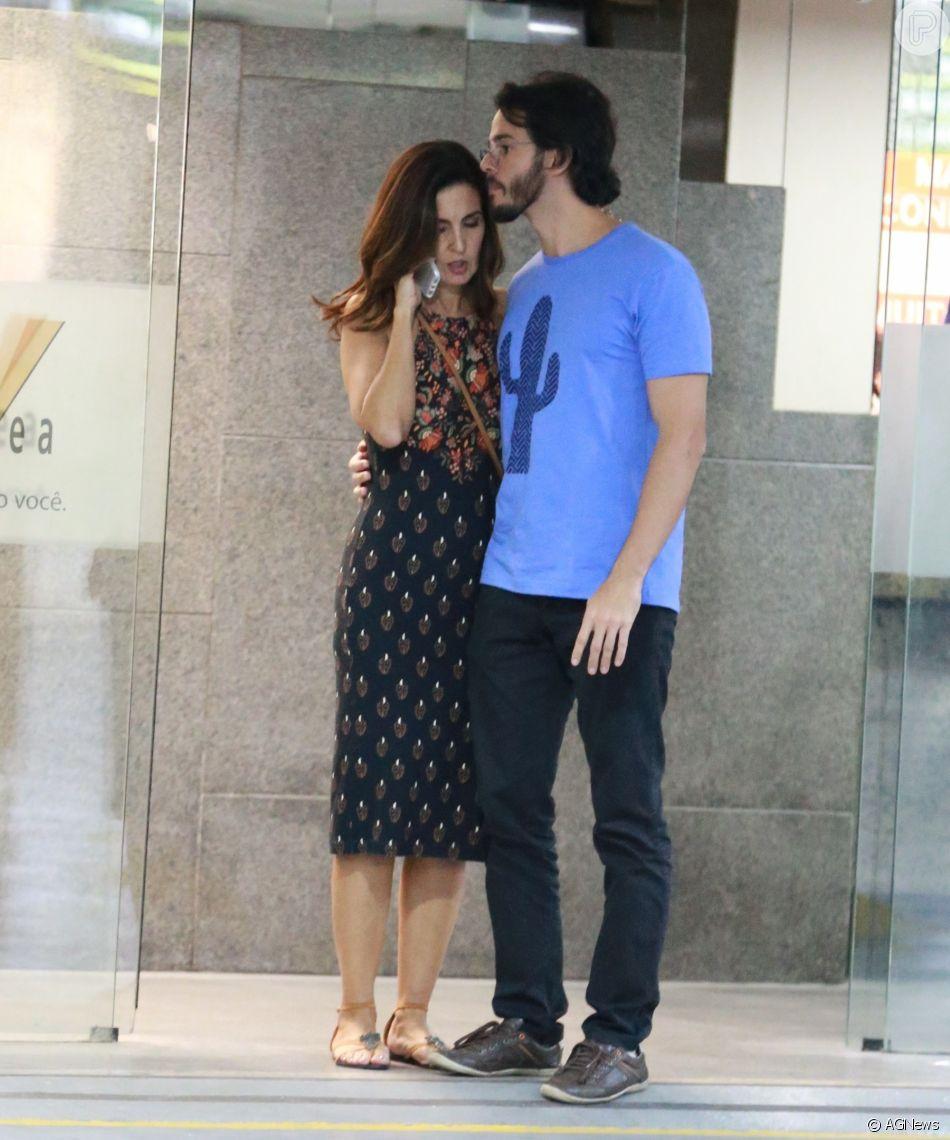 Túlio Gadêlha, namorado de Fátima Bernardes, fez carinho na apresentadora após passearem por shopping na noite desta quarta-feira, 28 de março de 2018