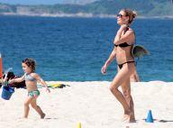 De biquíni e óculos escuros, Carolina Ferraz curte dia de praia com filha. Fotos