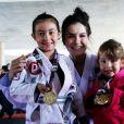 Kyra Gracie posa com a filha, Ayra, e uma participante da Copa Kyra Gracie, competição criada por ela para estimular igualdade de gênero no esporte