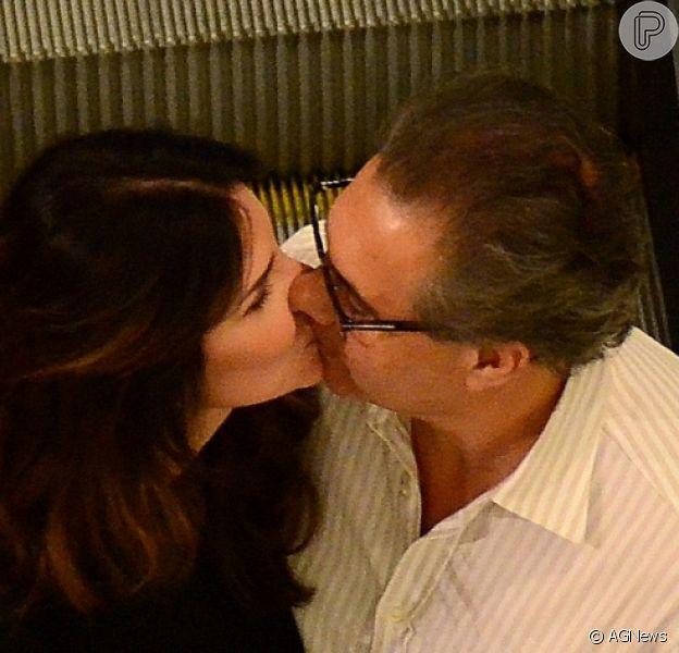 Lisandra Souto e o marido, Gustavo Fernandes, trocaram beijo durante passeio por shopping da Barra da Tijuca, Zona Oeste do Rio, nesta quinta-feira, 29 de março de 2018