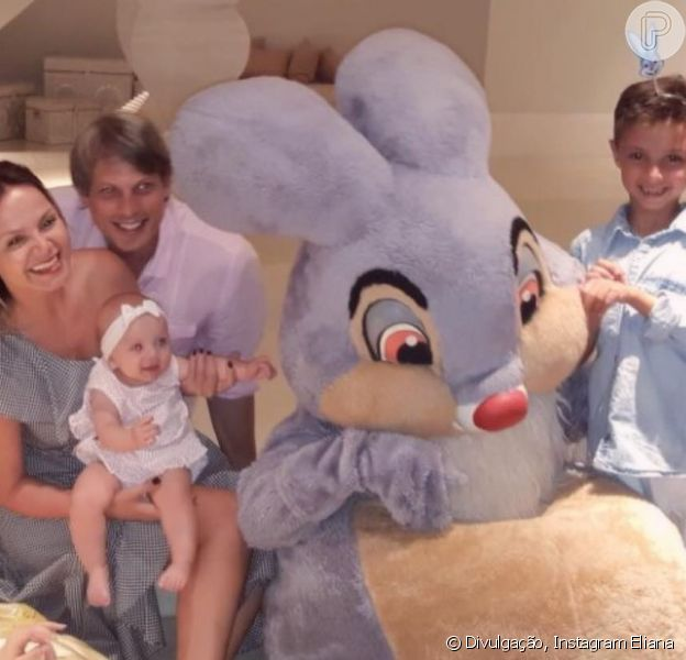 Eliana comemorou a Páscoa ao lado do noivo, Adriano Ricco, e dos filhos, Arthur, de 6 anos, e Manuela, de 6 meses