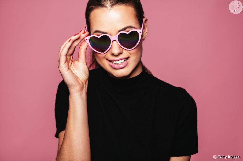 7eb237a8b4447 Os óculos escuros de coração são uma ótima aposta para quem busca dar um  toque divertido